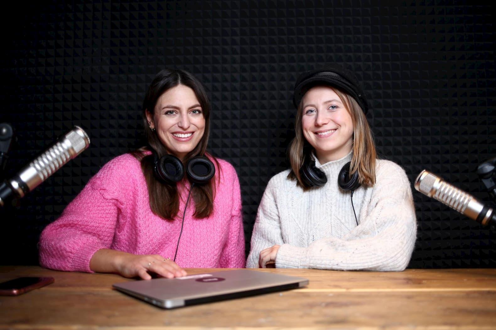 Annamaria Herkt im Podcast-Studio mit Lisa Schmidt